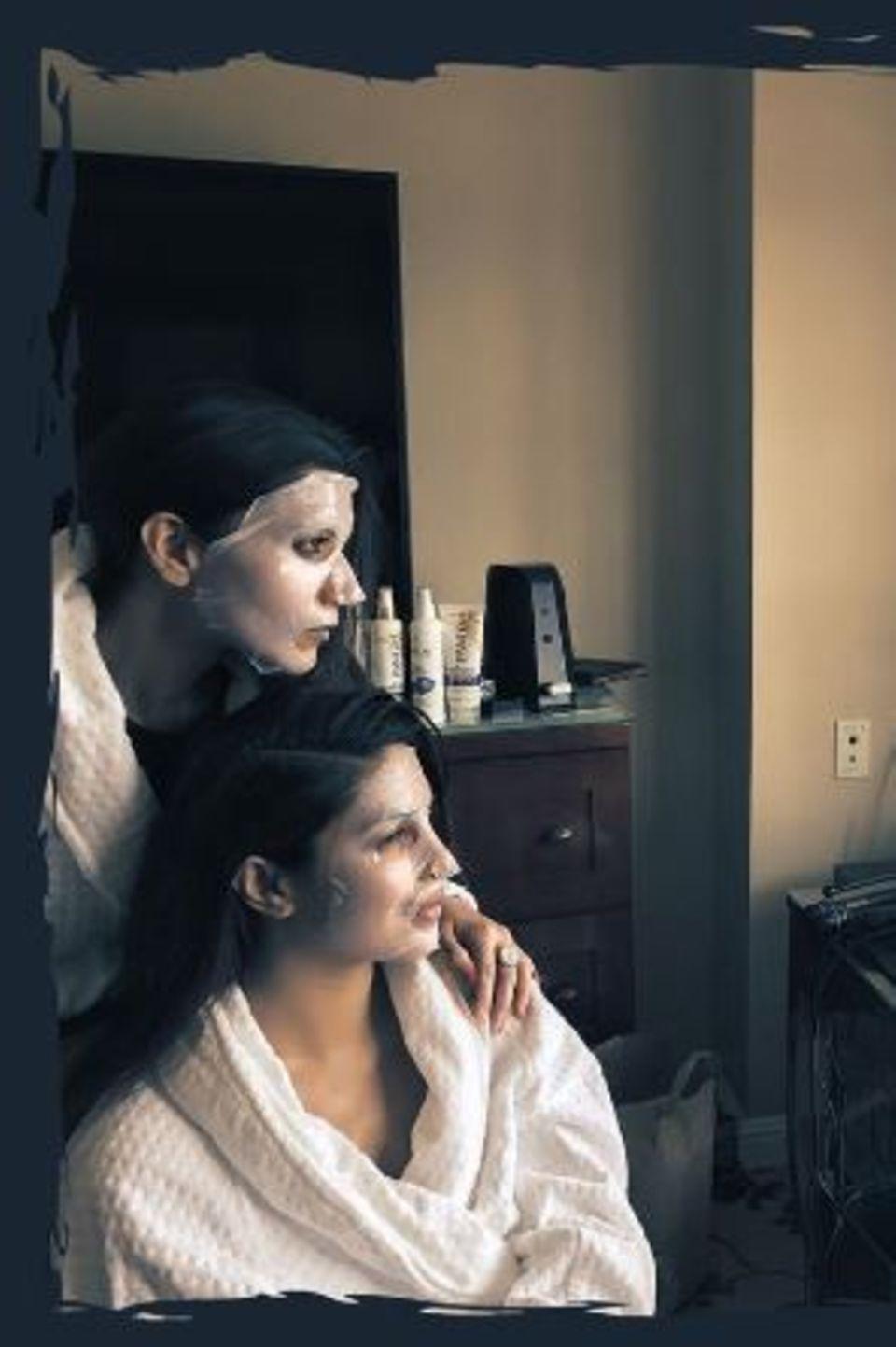 Bevor es an Foundation und Co. geht, spendet Priyanka Chopra ihrer Haut noch einmal genug Feuchtigkeit mit einer Maske.