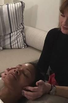 Naomie Harris nimmt uns auf Instagram auf eine kleine Oscar-Vorbereitungen-Reise mit. Erster Stopp: ein Facial von Teresa Tarmey mit Anti-Aging-Massage.