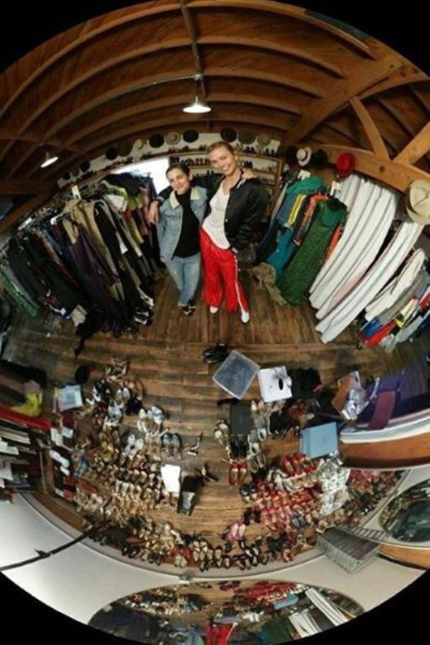 Für Karlie Kloss geht es erst einmal in den Fitting Room. Hier kann sie sich Schuhe und Kleid aussuchen. Danach geht es weiter in die Maske.
