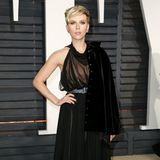 Vom rosigen Look der Oscar-Verleihung ist Scarlett Johansson für die anschließende Party auf samtiges Schwarz umgestiegen.