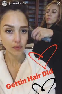 Nach dem Bad schlüpft Jessica Alba in ihren flauschigen Bademantel und lässt sich ihre Haare föhnen und legen.