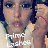 Den perfekten Augenaufschlag zaubert sich Jessica Alba anschließend selber.