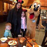 Mini Maus Irina Shayk verbringt einen schönen Tag mit ihrer Nichte und Neffen im Disneyland. Die Kids werden verwöhnt und es gibt sogar ein Foto mit Pluto.
