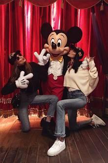 Micky ist von seinen größten Fans umzingelt. Bella und Gigi Hadid erfüllen sich einen Traum und besuchen Micky Maus in Paris.