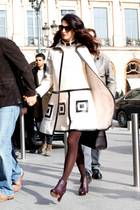 """Können wir dieses Outfit bitte sofort haben? Amal verzaubert in Paris in diesem Ensemble aus Kleid und Mantel sicherlich nicht nur ihren George. Leider ist es ein Vintage-Stück von William aus dem Jahr 1965 und nicht mehr zu haben.  Die Tasche hingegen ist brandaktuell und zu haben. Sie stammt von dem französischen Label """"Longchamp"""" und nennt sich """"Paris Premier""""."""