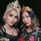 Blogger unter sich: Caro Daur und Aimee Song sind beide erneut für Dolce & Gabbana über den Laufsteg gelaufen. Nach der Show finden sie das perfekte Fotolicht und nutzen es in gewohnter Bloggermanier für ein schnelles Selfie.