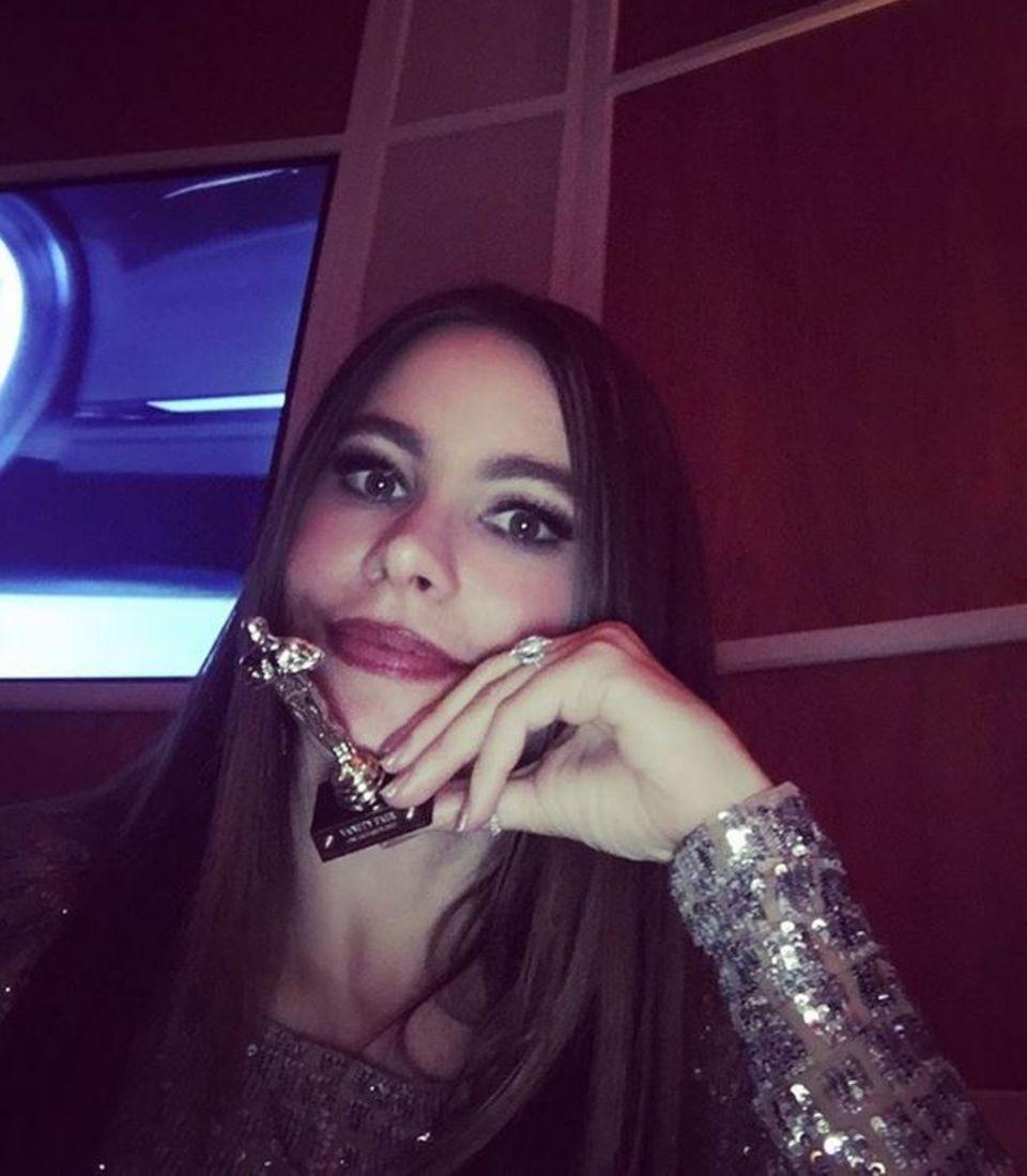 """Sofia Vergara hat eine der begehrten Trophäen """"gestohlen"""", wenn auch nur die Miniaturausgabe."""