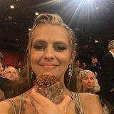 Teresa Palmer hat einen der mit Donuts befüllten Fallschirme gefangen und ist darüber sehr glücklich.