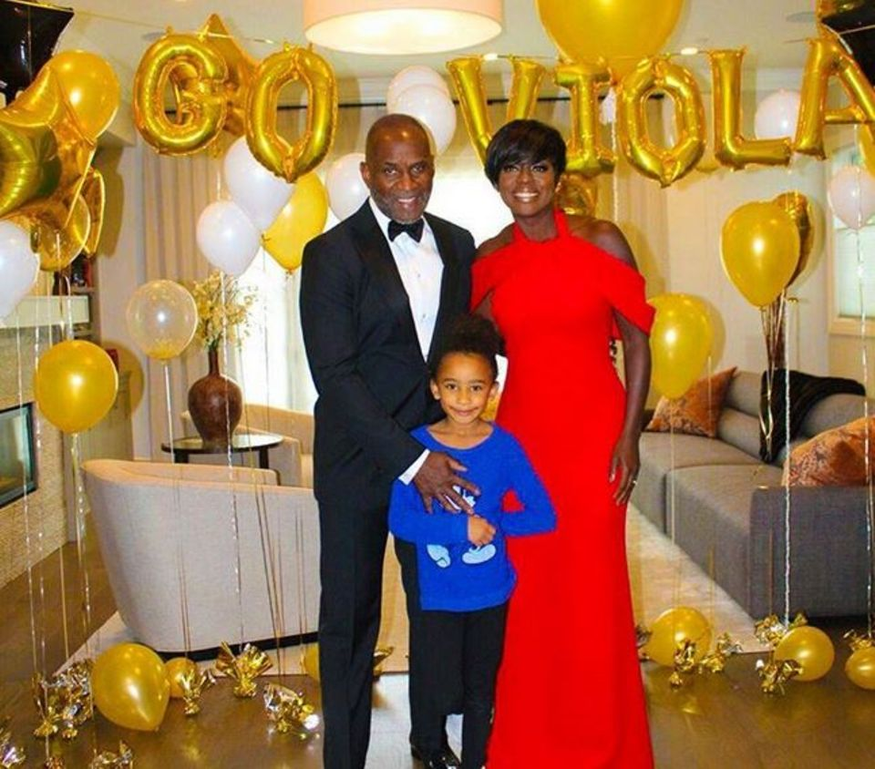 """Das Daumen drücken ihrer Familie hat gewirkt: Viola Davis gewinnt an diesem Abend den Oscar als """"Beste Nebendarstellerin""""."""