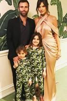 """27. Februar 2017  Wenn die Eltern zur Oscarveranstaltung gehen und die Kids schon im Pyjama mit aufs Foto dürfen. Alessandra Ambrosio schreibt dazu nur ganz trocken: """"Wenn deine Kinder mit der Tapete übereinstimmen""""."""