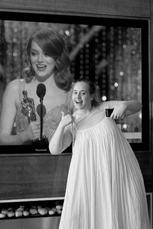 """Grüße im Nachthemd: Oscargewinnerin Adele kann zwar nicht selbst bei der Verleihung dabei sein, sendet ihre Glückwünsche an Emma Stone und die Crew des Films """"Moonlight"""" über Instagram von zu Hause aus. """"Ah Emma und Moonlight, herzlichen Glückwunsch, so so wunderbar"""", schreibt sie zu dem witzigen Foto."""