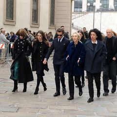 Eine Familie trauert: Anna Wintours Tochter Bee Shaffer zeigt sich Hand in Hand mit ihrem Freund Francesco Carrozzini, dem Sohn der verstorbenen Vogue-Italia-Chefin Franca Sozzani. Daneben ist Francas Schwester Carla Sozzani ebenfalls anwesend.
