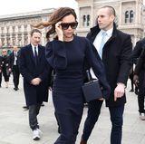 Victoria Beckham hat sich für Franca Sozzanis Trauerfeier ein schlicht-elegantes, dunkelblaues Kleid ausgesucht.
