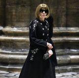 Anna Wintour, Franca Sozzanis US-amerikanische Vogue-Kollegin, sucht sich ihren Platz im Duomo di Milano.