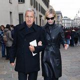Star-Fotograf Mario Testino und Eva Herzigova stützen sich auf dem Weg zum Mailänder Dom gegenseitig.