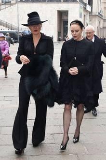 Supermodel Kate Moss und Star-Designerin Stella McCartney besuchen als gute Freundinnen die Trauerfeier gemeinsam.