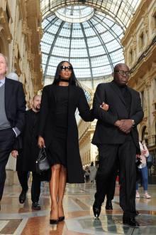 Supermodel Naomi Campbell zeigt sich von Kopf bis Fuß in stilvollem Schwarz.