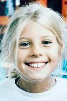 """Cathy Hummels  Sie war schon als kleines Mädchen sehr niedlich und fotogen. Humorvoll ist sie auch: """"Glückliche Kleine, mit großen Zähne."""" schreibt sie zu dieser Kindheitserinnerung."""