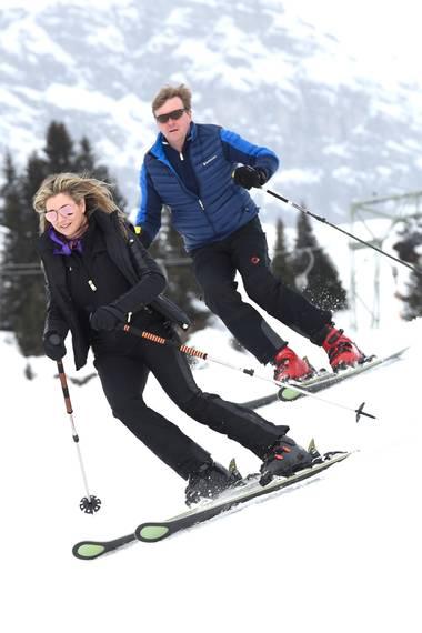 27. Februar 2017  Nachdem Fototermin geht es auch direkt auf die Skier. Königin Maxima und König Willem-Alexander brettern gekonnt die Schneepiste runter.