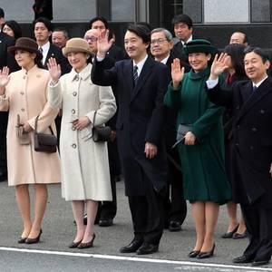 28. Februar 2017  Die Familie steht Spalier, um das Kaiserpaar zu verabschieden, die sich auf den Weg nach Vietnam und Thailand machen. Von links: Prinzessin Kako und ihrer Schwester Mako, die Eltern Prinzessin Kiko, Prinz Akishino, Prinzessin Masako und Thronfolger Prinz Naruhito.