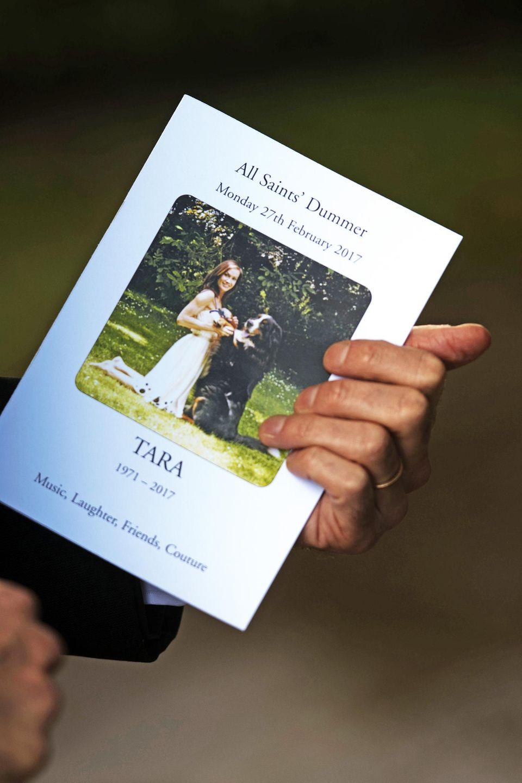 Ein Trauergast hält die Einladung zur Beerdigung von Tara Palmer-Tomkinson in der Hand