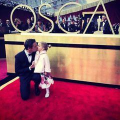 Wir sind verzaubert von dem süßen Anblick von Jeremy Renner mit seiner Tochter auf dem roten Teppich.