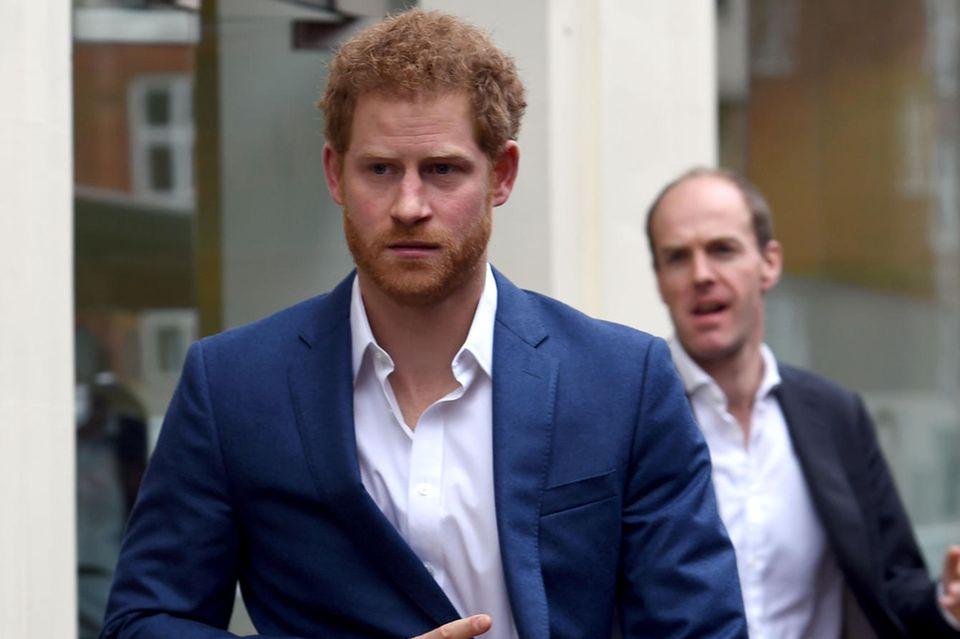 Prinz Harry ist die schlechte Laune anzusehen.