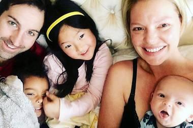 26. Februar 2017  Katherine Heigl postet heute bereits heute das zukünftige Weihnachtsfoto von der Familie. Sie amüsiert sich über das unperfekte, aber dafür aus dem Leben gegrifffene Motiv. Es werden Grimassen gezogen, Augen fallen zu und ein süßes Lächeln ist auch dabei.