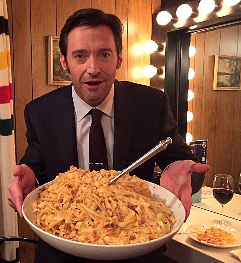 """Als Logan In """"Wolverine"""" darf Hugh Jackman nicht in die Vollen gehen und muss strickt Diät halten. Nun ist die letzte Klappe für ihn gefallen. Bei der Tonight Show von Jimmy Fallon, wurde er mit einer riesigen Schüssel Fettuccine überrascht, endlich darf der Superheld auch zugreifen."""