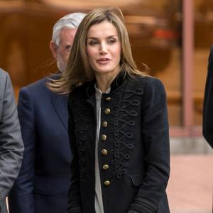 Diese Jacke würden wir Königin Letizia gerne direkt vom Körper reißen. Wahlweise shoppen wir sie einfach nach - denn dieses Modell ist wirklich erschwinglich!