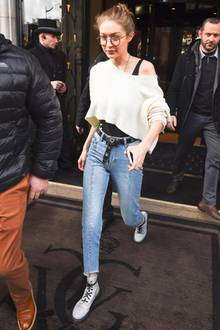 """Auch ihre Schwester Gigi Hadid setzt in Paris auf den nerdigen """"Harry Potter""""-Style und kombiniert zu einem legeren Outfit eine runde Hornbrille."""