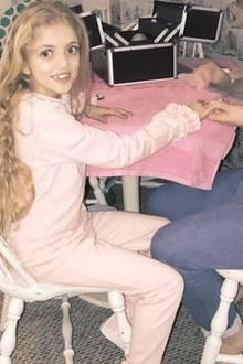 Princess, die Tochter von Katie Price bekommt schon im zarten Alter von neun Jahren eine Maniküre. Schon oft wurde Mama Katie Price dafür kritisiert, ihre Kinder zu früh mit falschen Schönheitsidealen zu konfrontieren.