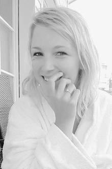 Vor wenigen Tagen wurde bekannt, dass GZSZ-Darstellerin Iris Mareike Steen bereits seit September verlobt ist. Auf Instagram zeigt sie nun ihren hübschen Verlobungsring.