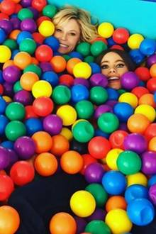 """28. Februar 2017  Ein Kindertraum wird wahr: Sofia Vergara und """"Modern Family""""-Schwägerin und Stieftochter Julie Bowen toben im Bällebad mit Seriensohn Jeremy Maguire."""