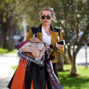 28. Februar 2017  Hilary Duff geht noch selbst zur Reinigung. Vollgepackt mit sauberen Klamotten, läuft sie zurück zu ihrem Wagen.