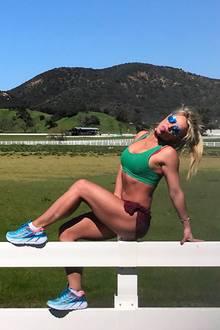 Das habt ihr nun davon: Britney Spears streckt die Zunge raus und zeigt uns ihren durchtrainierten Körper im knappen Sportoutfit.