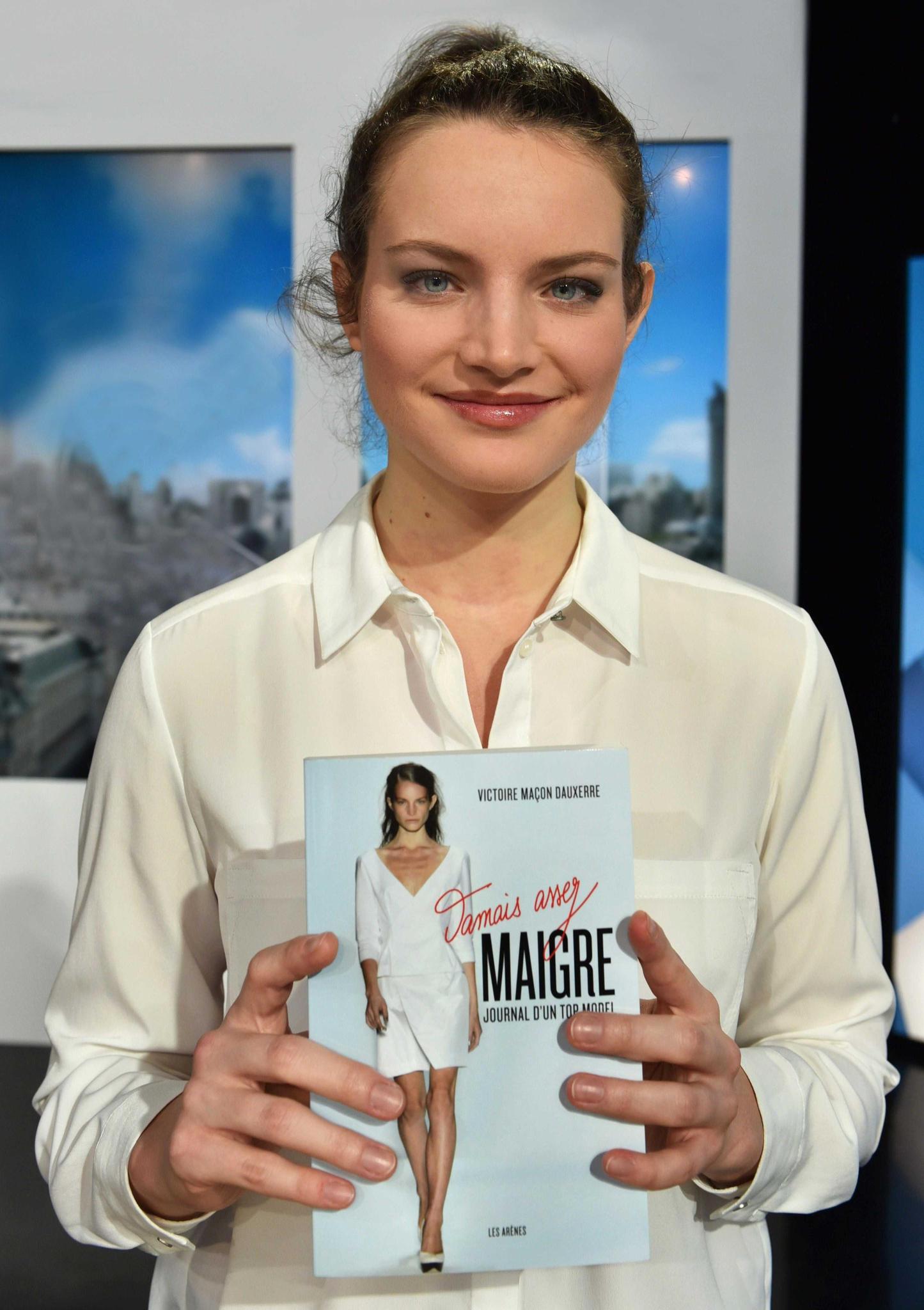 """Victoire Dauxerre mit ihrem Bestseller """"SIZE 0"""", der gerade auf Deutsch erschienen ist (Piper, 272 S., 15 Euro). Darin enthalten sind viele persönliche Fotos, eine Art Tagebuch des Hungerns."""