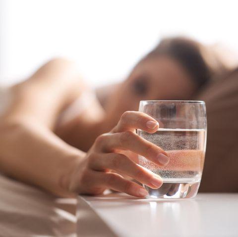 Wasserglas neben dem Bett