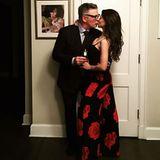 24. Februar 2017  Alec und Hilaria Baldwin haben sich schick gemacht für ein Event. Bevor es losgeht küssen sie sich liebevoll.