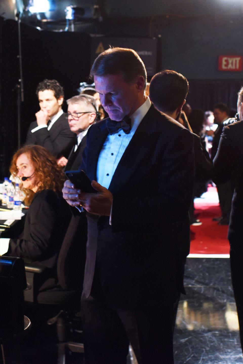 Ist das der Moment, der alles entschied? Brian Cullinan twittert ein Foto von Oscar-Gewinnerin Emma Stone und achtet offenbar nicht darauf, welchen Umschlag er Warren Beatty danach in die Hand drückt.