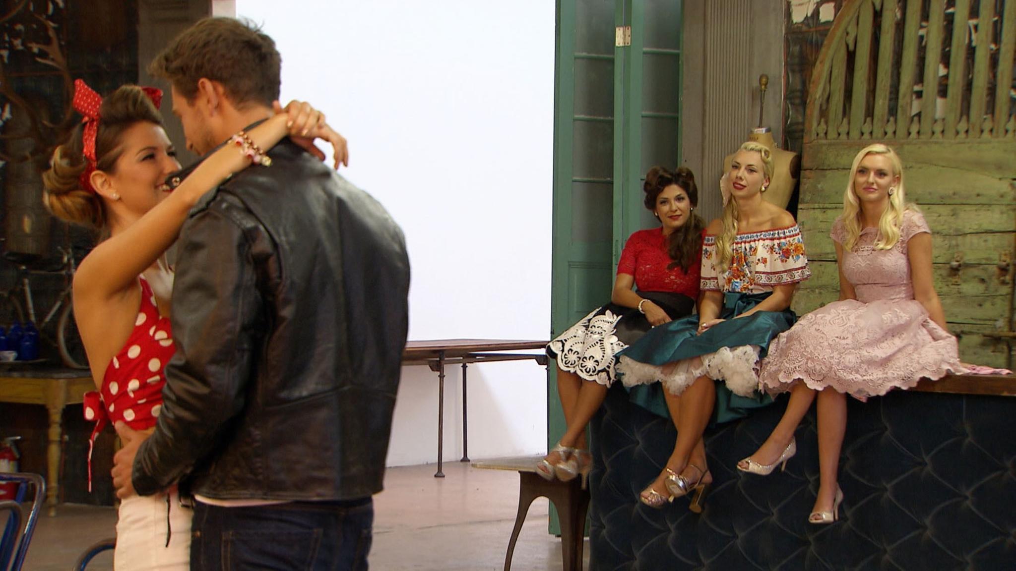 Viola und Sebastian kommen sich beim Fotoshooting näher. Inci, Janika und Erika können nur zuschauen.