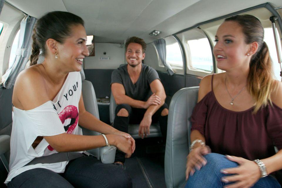 Noch hat Clea-Lacy (links) gute Laune. Beim Rundflug mit Sebastian und Cara wird ihr jedoch schnell schlecht.