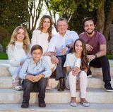 2. März 2017  Königin Rania und König Abdullah sind eingerahmt von ihren vier bezaubernden Kindern. Das Paar ist dankbar für jeden Moment, die sie mit ihren Liebsten zusammen sein darf und wünscht allen das gleiche Glück.