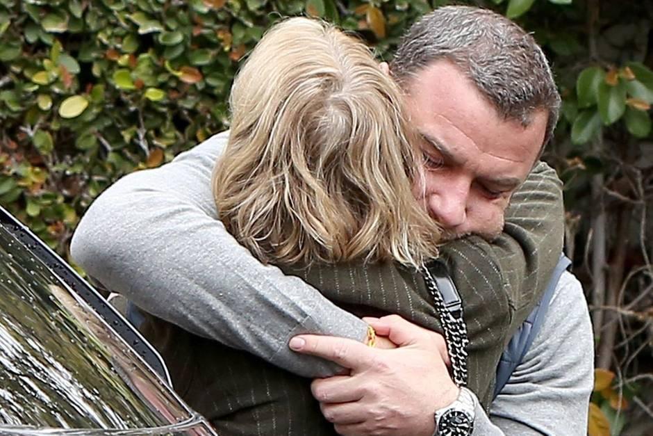 Liev Schreiber und Naomi Watts umarmen sich innig