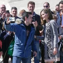 """1. März 2017  Königin Letizia beendet in Àvila einen internationalen Kongress über """"Frau und Behinderung. Wir überqueren Grenzen"""". In dem Rahmen stellt sie sich auch den Fotografen. Einen jungen Mann macht sie besonders glücklich, er darf ein Selfie mit der spanischen Königin machen."""