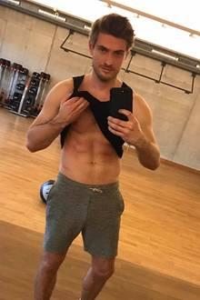 GZSZ-Darsteller Jörn Schlönvoigt präsentiert seinen beeindruckenden Sixpack bei Instagram. In einem Video zeigt er außerdem, welche Übungen dafür nötig sind. Der Schauspieler hangelt sich zum Beispiel wie Spiderman von Klimmzustange zu Klimmzugstange. Viel Sport macht hungrig. Für seinen muskulösen Körper verzichtet er nach dem Training auf Kohlenhydrate.