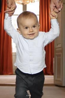 2. März 2017  Zaghaft macht Oscar an der Hand seiner Eltern seine ersten Schritte.