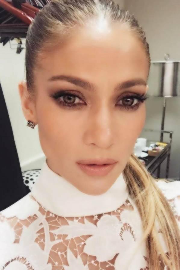 Jennifer Lopez schießt ein Selfie für ihren Instagram-Account. Auf dem Foto sieht die Haut der 47-Jährigen besonders glatt und der Hintergrund ein bisschen verschwommen aus. Da hat die Pop-Diva wohl ein bisschen zu viel in den Weichzeichner-Topf gegriffen.