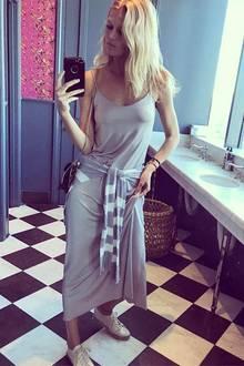 """Dass sogar die Toiletten in """"Lalaland"""" sonnig sind, teilt Toni Garrn gleich per Selfie mit ihren Instagram-Followern. Dass es um diese Jahreszeit wohl auch schon so warm ist, dass das Topmodel stylisch-Sportlich und BH-los im luftigen Top unterwegs ist, erfahren wir durch diesen Post auch."""