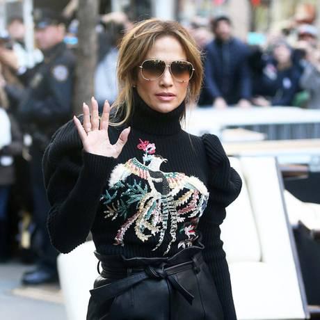 Puffärmel und Lederhose klingt bieder? Wenn Jennifer Lopez sich so stylt, sieht diese Fashion-Mischung sogar richtig klasse aus.